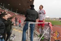 12.11.2016; Fussball; Regionalliga Südwest; KSV Hessen Kassel - FK Pirmasens; im Bild v.l.n.r.: Henrik Giese (KSV Hessen Kassel) feiert nach dem Spiel mit den Fans in der Nordkurve Foto: Hedler
